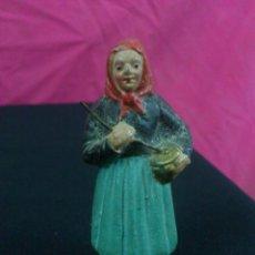 Figuras de Belén: ANTIGUA FIGURA DE BELEN EN BARRO. PAISANA HACIENDO CHOCOLATE.. RARA. Lote 46679785
