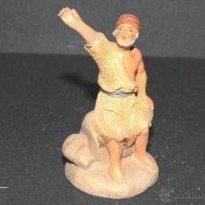 Figuras de Belén: FIGURA DE BELEN O PESEBRE EN TERRACOTA, PASTOR SENTADO EN UNAS ROCAS. Lote 47715713
