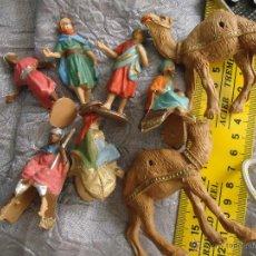 Figuras de Belén: ANTIGUA FIGURA DE BELEN PLASTICO DURO - RARA EDICION REYES CAMELLOS PAJES, FALTA UN CAMELLO. Lote 51024512
