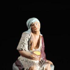 Figuras de Belén: FIGURA DE BELEN O PESEBRE EN TERRACOTA HOMBRE SENTADO. Lote 51779592