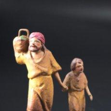 Figuras de Belén: FIGURA DE BELEN O PESEBRE EN TERRACOTA DIORAMA HOMBRE CON NIÑO Y CESTA DE ALIMENTOS. Lote 53978319