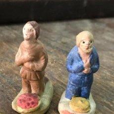 Figuras de Belén: LOTE DE 2 FIGURAS DE PASTORES DE RODILLAS CON OFRENDA VEGETAL DE BELEN EN BARRO O TERRACOTA - PASTOR. Lote 67705477