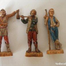 Figuras de Belén: TRES PASTORES EN RESINA POLICROMADA AÑOS 70 , SIN USO. Lote 67498253
