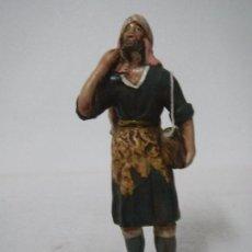Figuras de Belén: PASTOR CON CERDO ESPALDA 12 CMS TERRACOTA DE MANUEL COLLADO GRANADA ESCUELA RADA MARISCAL. Lote 86393860