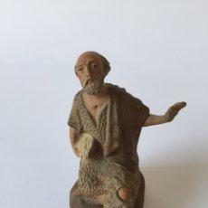Figuras de Belén: CASTELLS ANTIGUA FIGURA DE BELEN NACIMIENTO PESEBRE EN BARRO O TERRACOTA. Lote 96878419