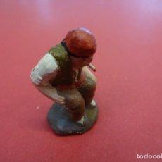 Figuras de Belén: ANTIGUO CAGANER PARA PESEBRE. BELEN. EN TERRACOTA PINTADA. 3,5 CTMS. ALTURA. Lote 97784391