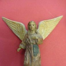 Figuras de Belén: ANGEL ANUNCIADOR EN TERRACOTA PINTADA. BELEN-PESEBRE. MIDE 11 X 10 CTMS.. Lote 161299093