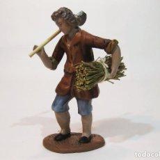 Figuras de Belén: FIGURA DE BARRO PARA NACIMIENTO DE 14 CM. PASTOR CON HACHA AL HOMBRO Y LEÑA. MURCIA.. Lote 101257019