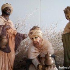 Figuras de Belén: BELEN - TRES REYES MAGOS EN YESO, CAMELLO DE OFERTA. Lote 101787135