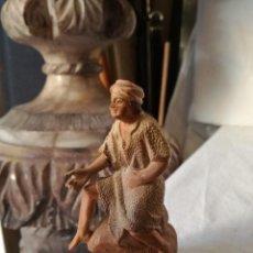 Figuras de Belén: PASTOR SENTADO SOBRE UNA ROCA DE M. CASTELLS. ANTIGUO.. Lote 103595399