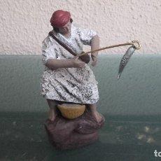 Figuras de Belén: FIGURA BELEN PESEBRE NACIMIENTO BARRO TERRACOTA MUY ANTIGUO PESCADOR. Lote 103877671