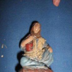 Figuras de Belén: PASTORA SENTADA DE BARRO PARA EL BELEN - MIDE 8 CM.. Lote 103963827