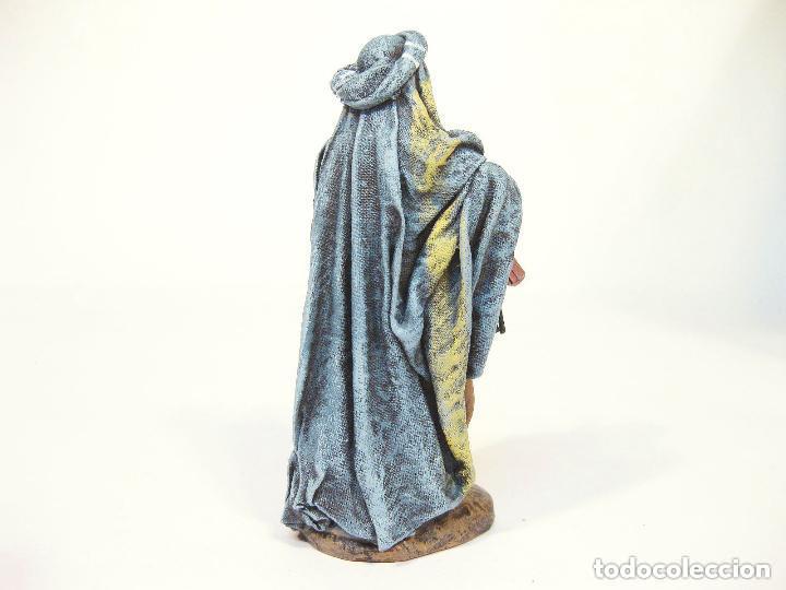 Figuras de Belén: Figura de barro para nacimiento de 12 cm. Pastor con pavo, saya azul. Artesanía Guillén. Murcia. - Foto 2 - 105233167
