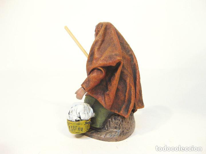 Figuras de Belén: Figura de barro y tela para nacimiento de 12 cm. Hilandera, saya color teja. Murcia. - Foto 2 - 105233271