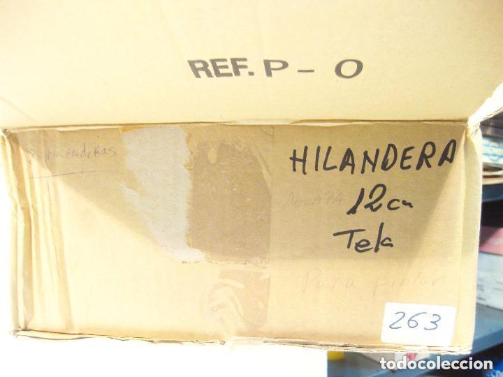 Figuras de Belén: Figura de barro y tela para nacimiento de 12 cm. Hilandera, saya color teja. Murcia. - Foto 3 - 105233271