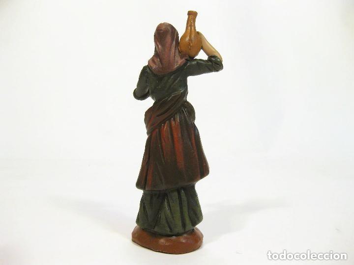 Figuras de Belén: Figura de barro para nacimiento de 14 cm. Pastora con ánfora. Artesanía M. Amo. Murcia. - Foto 2 - 105398639