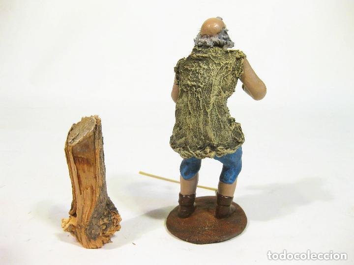 Figuras de Belén: Figura de barro para nacimiento de 14 cm. Leñador. Tronco grande. Artesanía M. Amo. Murcia. - Foto 2 - 105398820