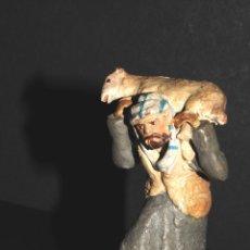 Figuras de Belén: FIGURA DE BELEN O PESSEBRE EN BARRO O TERRACOTA, PASTOR CON OVEJA. Lote 105987539