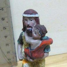 Figuras de Belén: FIGURA DE BELÉN, HOMBRE CON NIÑO.. Lote 115274734