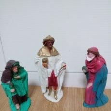 Figuras de Belén: FIGURAS REYES MAGOS GOMA PESEBRE ANTIGUAS. Lote 120357847