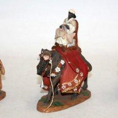 Figuras de Belén: CONJUNTO DE 3 REYES MAGOS EN TERRACOTA POLICROMADA. FIRMADOS POR J. LLORENS. Lote 121344291