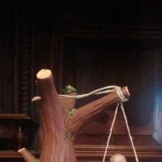 Figuras de Belén: NIÑO COLUMPIANDOSE EN ARBOL, EN BARRO Y LIENZO. MURCIA. PARA BELEN DE 21-22 CMS DE ALTO.. Lote 124895127