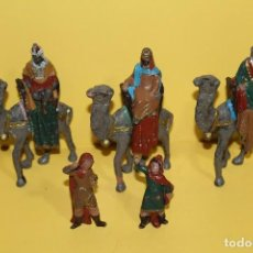 Figuras de Belén: ANTIGUOS REYES MAGOS CON SUS CAMELLOS Y 2 PAJES DE PLASTICO AÑOS 70. Lote 127678799