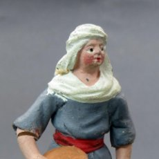 Figuras de Belén: PASTORA CON HOGAZA PAN BELÉN NACIMIENTO BARRO MURCIANO AÑOS 20 - 30 8 CM ALTO . Lote 127763679
