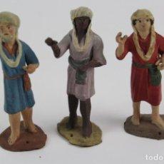 Figuras de Belén: TRES FIGURAS DE TRES PAJES EN TERRACOTA PARA BELEN.PRINCIPIOS DE SIGLO XX.. Lote 128632727