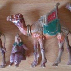 Figuras de Belén: LOTE 3 CAMELLOS Y FIGURA PLÁSTICO PIEZAS BELÉN NACIMIENTO AÑOS 70. Lote 129988123