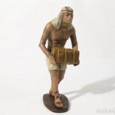 Figuras de Belén: FIGURA DE BARRO PARA NACIMIENTO DE 21 CM. EGIPCIO CON BULTO. BELENES M. NICOLÁS. MURCIA.. Lote 131831259