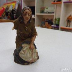 Figuras de Belén: FIGURA GOMA PVC ANTIGUA LAVANDERA PESEBRE NACIMIENTO LE FALTA UN BRAZO. Lote 131924182