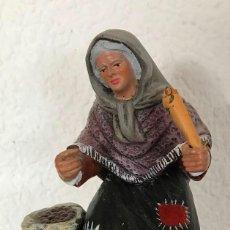 Figuras de Belén: FIGURA DE BELEN NACIMIENTO VENDEDORA DE CASTAÑAS, TERRACOTA 477 GR ALTO 14,5CM ANCHO 10CM FONDO 7CM. Lote 133844098