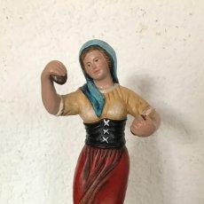 Figuras de Belén: FIGURA BELEN NACIMIENTO TERRACOTA, PASTORA TOCANDO CASTAÑUELAS 247 GR ALTO 18CM ANCHO 5CM FONDO 7CM. Lote 133996554