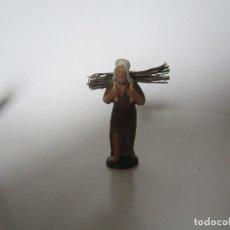 Figuras de Belén: FIGURA DE TERRACOTA BELÉN NACIMIENTO AÑOS 40-50, LEÑADOR CON TÚNICA MARRÓN. Lote 135737799