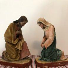 Figuras de Belén: SAN JOSÉ Y VIRGEN MARÍA ADORANDO AL NIÑO. TALLERES DE OLOT . GRAN TAMAÑO 33 Y 31 CM. Lote 135760190