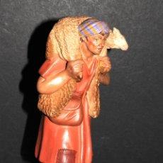 Figuras de Belén: FIGURA DE BELEN EN BARRO O TERRACOTA - PASTOR CON OVEJA - CASTELLS. Lote 137896302