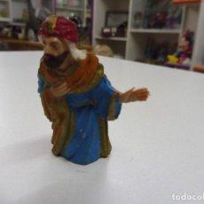 Figuras de Belén: ANTIGUO REY MAGO ADORANDO PEQUEÑO PLÁSTICO DURO GOMA PVC PESEBRE NACIMIENTO. Lote 138052718