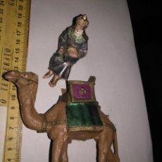 Figuras de Belén: ANTIGUA FIGURA DE PORTAL BELEN PLASTICO DURO - CAMELLO GRANDE REY MAGO TONOS METALIZADOS. Lote 139002922