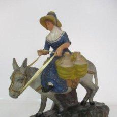 Figuras de Belén: PRECIOSA FIGURA PESEBRE, BELÉN - ESCULTURA TERRACOTA - CANTARERA CON BURRO - 38 CM ALTURA - S. XIX. Lote 139316794