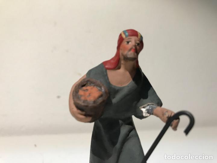 Figuras de Belén: Figura Belén terracota barro. Hombre portando ofrenda. Mitad siglo XX. Pintado a mano - Foto 5 - 139420832