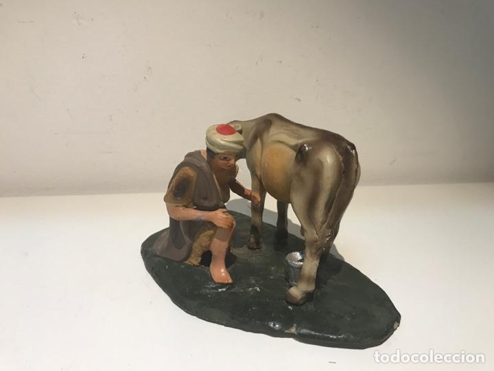 Figuras de Belén: Figura de Belén en terracota barro. Pastor ordeñando vaca. Mitad siglo XX. - Foto 2 - 139961705