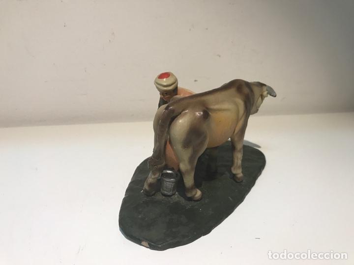 Figuras de Belén: Figura de Belén en terracota barro. Pastor ordeñando vaca. Mitad siglo XX. - Foto 3 - 139961705