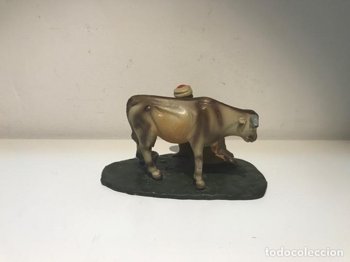 Figuras de Belén: Figura de Belén en terracota barro. Pastor ordeñando vaca. Mitad siglo XX. - Foto 4 - 139961705