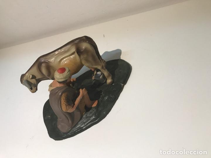 Figuras de Belén: Figura de Belén en terracota barro. Pastor ordeñando vaca. Mitad siglo XX. - Foto 5 - 139961705