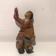 Figuras de Belén: FIGURA DE BELÉN EN TERRACOTA BARRO. HOMBRE SENTADO CON PAN. MITAD SIGLO XX. PINTADO A MANO. Lote 140280245