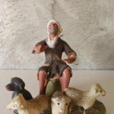 Figuras de Belén: ANTIGUA FIGURA BELÉN BARRO TERRACOTA PASTOR CON PERRO Y OVEJAS. Lote 140555410
