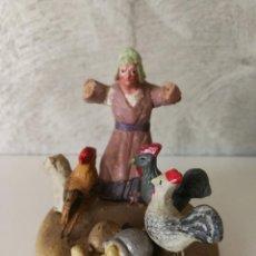 Figuras de Belén: ANTIGUA FIGURA BELÉN BARRO TERRACOTA MUJER CON GATO Y GALLINAS. Lote 140555646