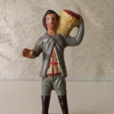 Figuras de Belén: ANTIGUA FIGURA BELÉN BARRO TERRACOTA CON CESTO AL HOMBRO . Lote 140556214