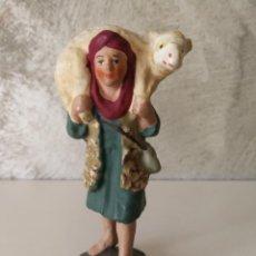 Figuras de Belén: ANTIGUA FIGURA BELÉN BARRO TERRACOTA PASTOR CON CORDERO AL HOMBRO. Lote 140660290